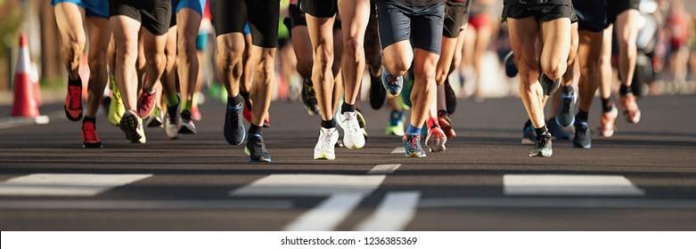 Marathon-Läufer, die auf der Stadtstraße laufen, große Gruppe Läufer