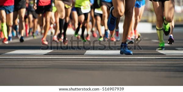 Marathon läuft im Licht des Abends