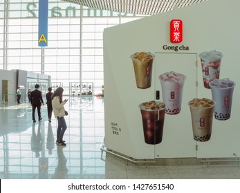 People Drinking Bubble Tea Images, Stock Photos & Vectors