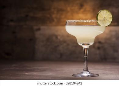 Margarita-Cocktail auf Holzhintergrund
