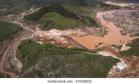 Mariana, Nov. 4th, 2016 - Samarco is building in the Bento Rodrigues district the S4 dam. The company alleges it will contain the flow of contaminated mud, but the public ministry says the contrary