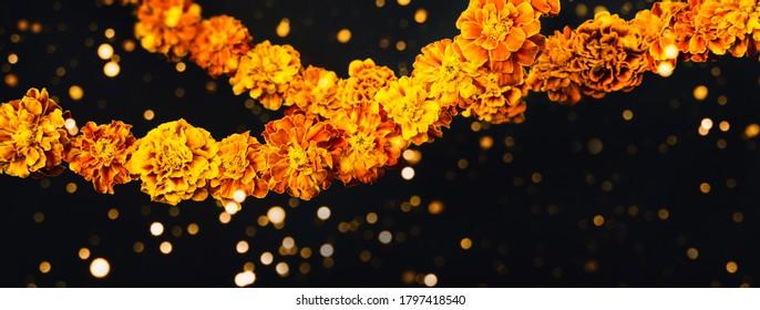 Fleurs de Souci Garlands sur fond noir. Jour de la mort, jour de la bannière de l'halloween, espace de copie.