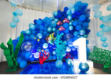 Marine-style decor of balloons, fish, and corals for the birthday photo zone.