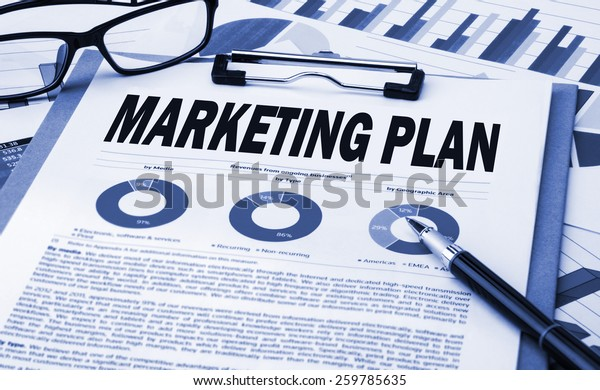 concepto de plan de marketing en el portapapeles