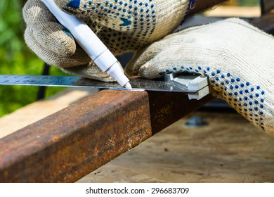marking rusty metal square pipe for cutting