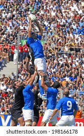 MARSEILLE, FRANCE-SEPTEMBER 08, 2007: Marco Bortolami, italian rugby player catches the ball in touche, during the rugby world cup of france 2007 match New Zealand vs Italy, in Marseille.