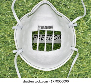 Eine Maske, die in ein Gefängnis abgeschnitten wird, das auf einem Stück Papier gelegt wird, das Freiheit auf grasgrünem Hintergrund liest, zeigt, dass Schutzausrüstung unsere Rechte verletzt