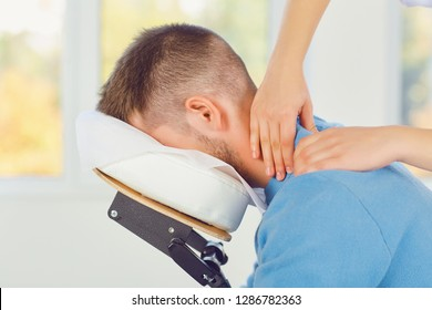 Massage sur la chaise de massage au bureau.