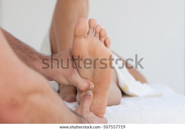 Masseur mit therapeutischer Fußmassage
