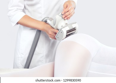 The masseur is preparing to make an  hardware anti-cellulite massage in a beauty salon.