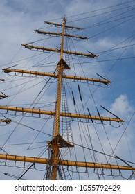 Masten eines Segelschiffs im Hafen