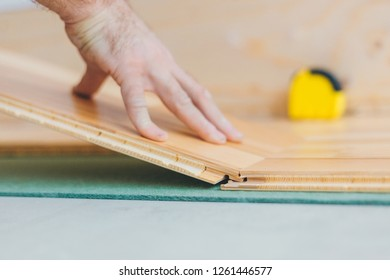 The master inserts the floorboard - technology build a floating floor - repair finishing work
