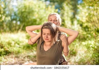 Massage Meister adäquat führt eine großartige Massage im Freien.