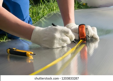 master measures tape measure the size of polycarbonate for the greenhouse