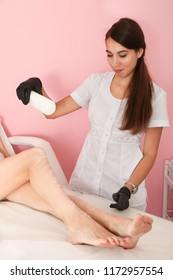 Master pours  powder on feet, preparation for procedure of hair removal. Concept shugaring.