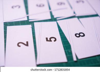 Materialien für den Unterricht von Kindern, Zusatzkarten für eine Mathematikstunde.