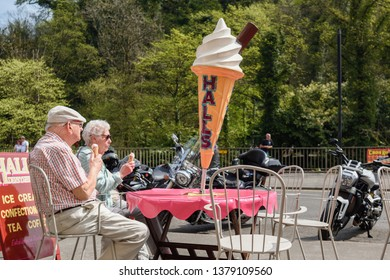 Matlock Bath,Derbyshire,UK.  April 22nd 2019. Easter Bank holiday crowds visit the Peak  District spa town on one of the hottest day's of the year so far.