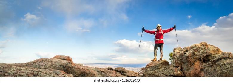 randonneur mature appréciant d'atteindre le sommet d'une montagne - piste du Rocher Horsetooth au-dessus de Fort Collins dans le nord du Colorado, panorama