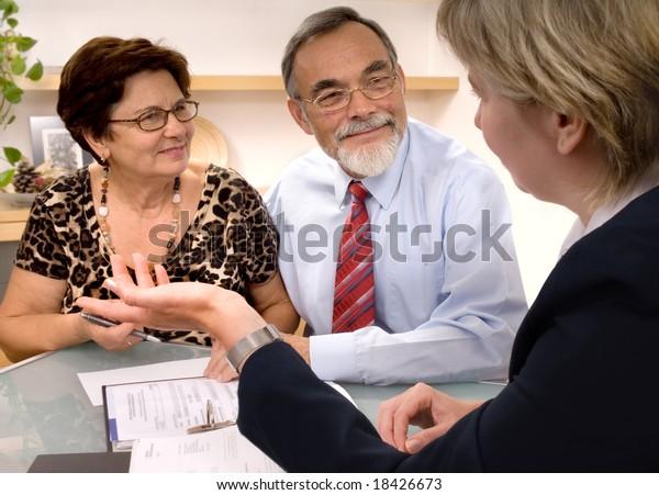 Reifendes Paar, das mit Finanzplaner spricht