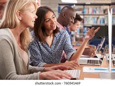 家庭教師がコンピューターのスキルを身に付けた成人女子学生