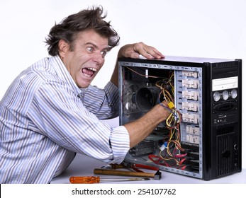 Mature man, 53 years old, was electrocuted when trying to repair the computer