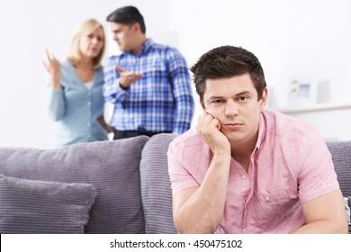 Des Parents Mûrs Frustrés Par Le Fils Adulte Vivant À La Maison
