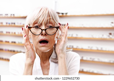 Mature woman has a vision defect of the elderly.