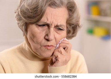 mature woman have a toothache
