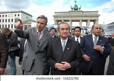 MAY 18, 2005 - BERLIN: the Prime Minister of Malaysia,Abdullah Ahmad Badawi with Klaus Wowereit at the Brandenburg Gate, Pariser Platz, Berlin.
