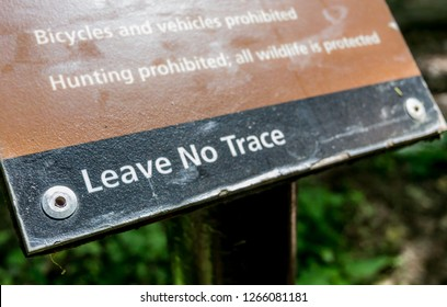 May, 2015: Shenandoah, United States: Leave No Trace reminders in National Parks remind visitors to care for the land they enjoy