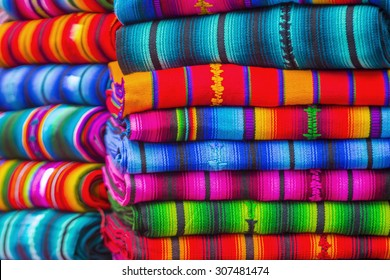 グアテマラのチチカステナンゴの市場で、マヤの毛布のデザインが取り扱われる