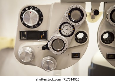 measure instrument of the optiker optician to control the eyes