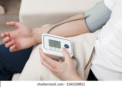 Measurement of blood pressure by an electronic tonometer.