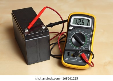 Measuring the battery voltage with a digital multimeter.