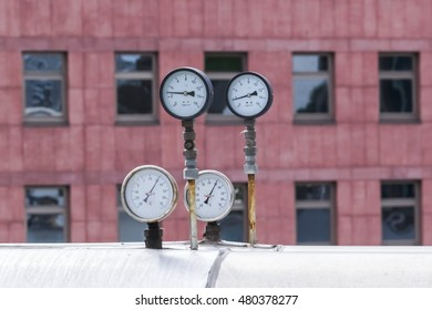 Measuring instruments, thermometer and barometer in the open air.