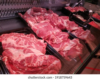 the meat in the butcher's shop is nicely laid out in trays