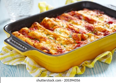 Meat cannelloni with tomato sauce and cheese