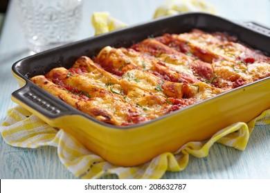 Canelloni à la viande avec sauce tomate et fromage