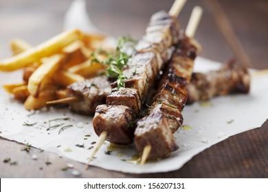 Fleischspieße mit Kräutern, Kalkbrot und Pita