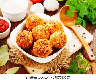 Balles de viande avec riz sur une table en bois