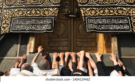 MECCA, SAUDI ARABIA - 21 MAY 2019 : Muslim Devotees trying to touch The Golden Door Of Kaabah called Multazam, while praying and asking for God's forgiveness.