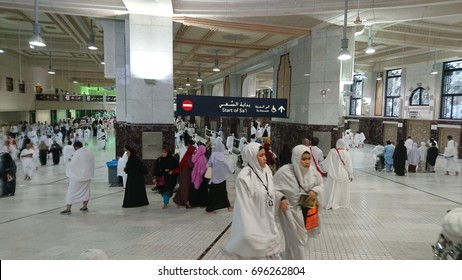MECCA, SAUDI ARABIA - DECEMBER 19, 2016: Muslim Pilgrims Perform Saei (Brisk Walking) From Safa Mount To Marwah Mount