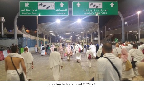 Mecca, Saudi Arabia, september 2016., Muslim pilgrims walk to perform 'stoning of the devil' ritual at one of wall pillars (jamrah) in Mina Saudi Arabia. it is one of the rituals to complete the hajj.