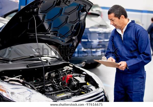 Mechachische Überprüfung eines Automotors und Notizen