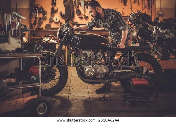 カスタムガレージにある機械式ビンテージスタイルのカフェレーサーバイク