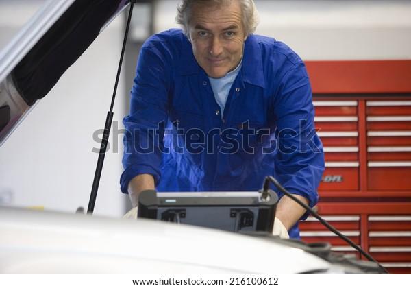 Mechanik mit elektronischer Diagnostik, Portrait
