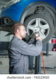 The mechanic makes the wheel from breakage to cars