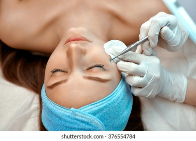 Mechanical face cleaning in the beauty salon
