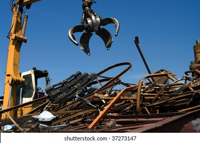 Mechanical grabber working in a scrapyard
