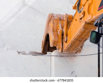 Mechanical shovel used in a white marble quarry